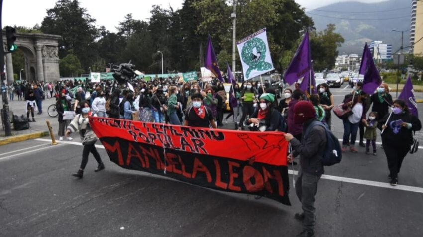 Colectivos de mujeres exigen a la Asamblea Nacional que apruebe la ley a favor de la despenalización del aborto en casos de violación, el 28 de septiembre de 2021, en Quito.