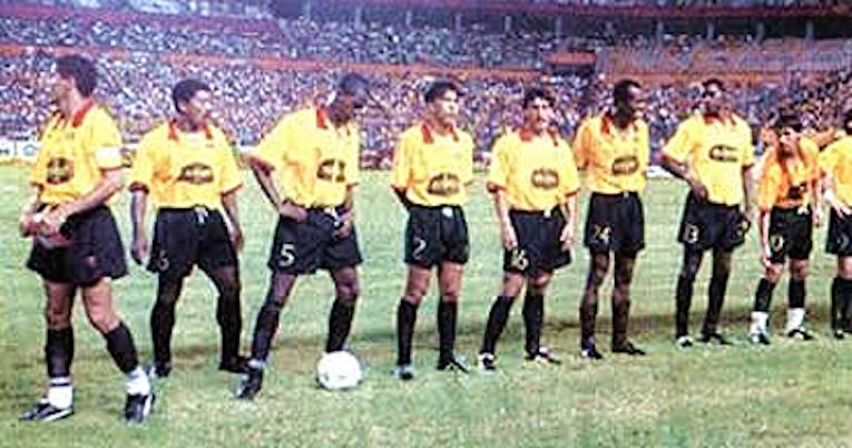 Los jugadores de Barcelona se forman antes del inicio de la final de la Copa Libertadores 1998, en Guayaquil.