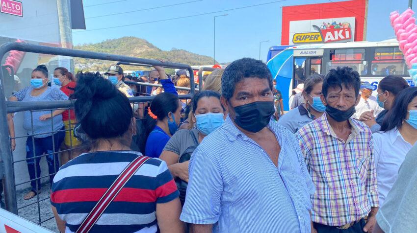 Familiares de los presos asesinados en la masacre de 2021 esperan en los exteriores de la morgue de Guayaquil el jueves 30 de septiembre de 2021.