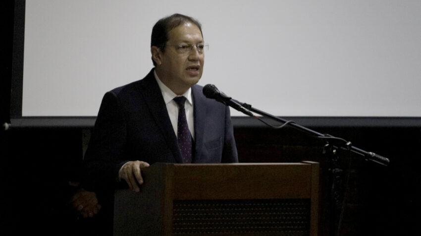 El alcalde de Quito, Santiago Guarderas, brinda un discurso durante su segunda posesión, el 30 de septiembre de 2021.