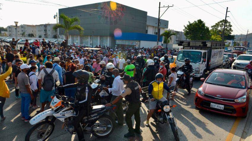 Decenas de familiares de las víctimas de la masacre en la Penitenciaría del Litoral, en el Laboratorio de Ciencias Forenses de la Policía en Guayaquil, el 30 de septiembre de 2021.