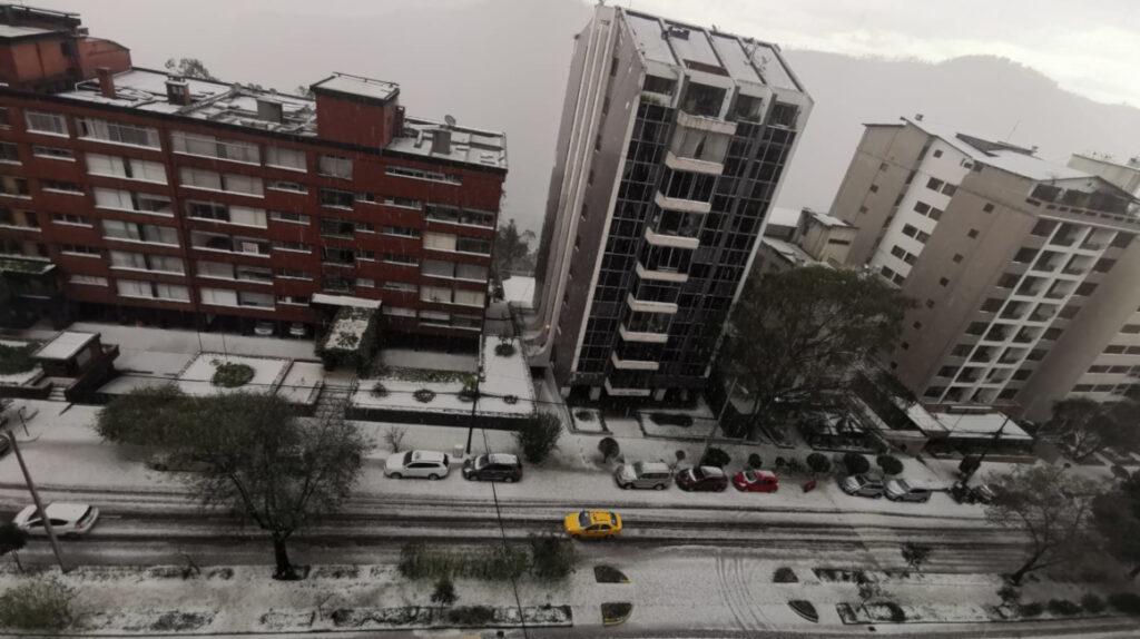El norte de Quito soporta una fuerte caída de granizo