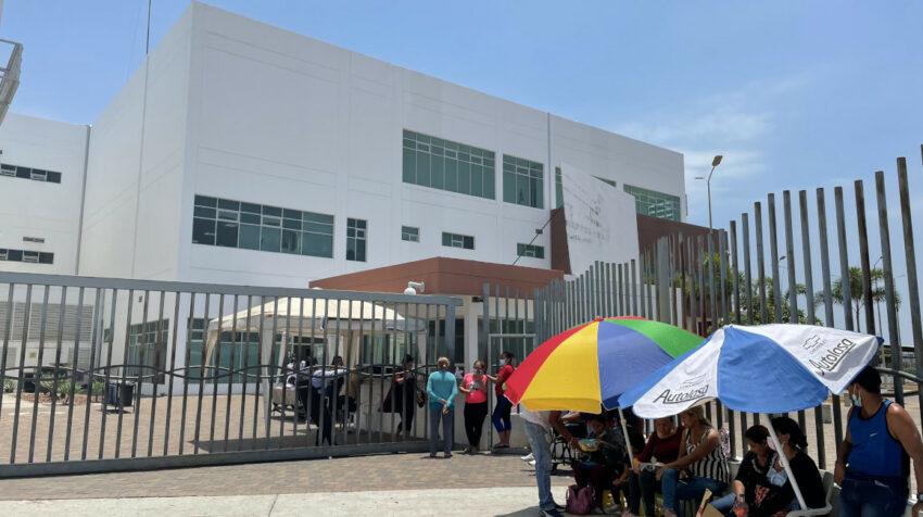 Familiares de reos heridos acampan afuera del Hospital Guasmo Sur, Guayaquil, 1 de octubre de 2021.