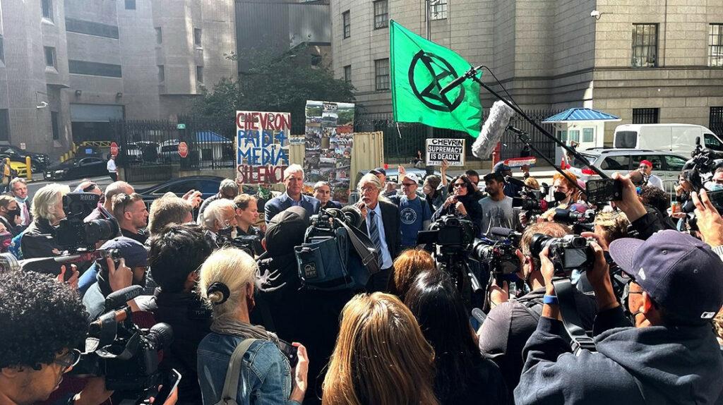 Abogado que demandó a Chevron es condenado a seis meses por desacato