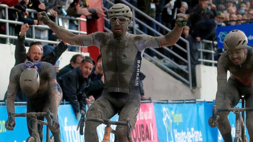 El italiano Sonny Colbrelli levanta los brazos después de cruzar la meta en la París-Roubaix, el 3 de octubre de 2021.