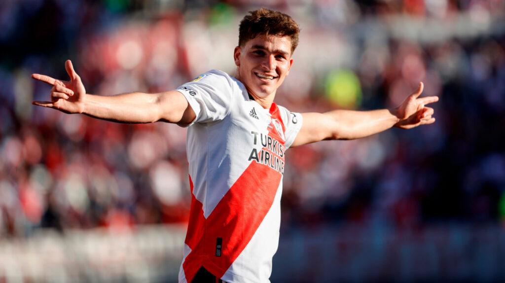 River derrota a Boca con doblete de Julián Álvarez y es líder de la Liga