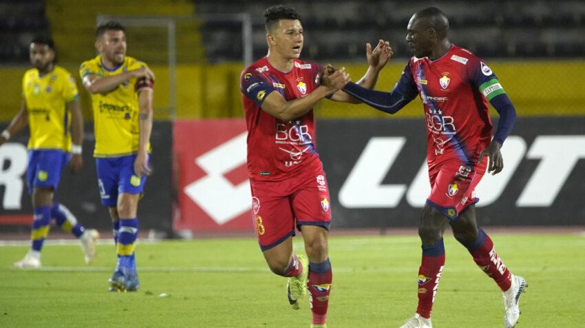 Los jugadores de El Nacional festejan uno de los goles ante Gualaceo, en Quito, el 6 de octubre de 2021.