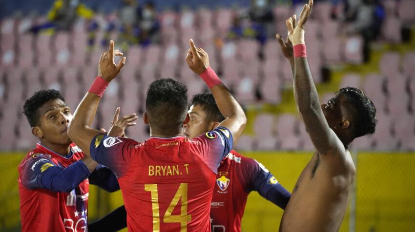 Los jugadores de El Nacional festejan el tercer gol ante Gualaceo, en Quito, el 6 de octubre de 2021.
