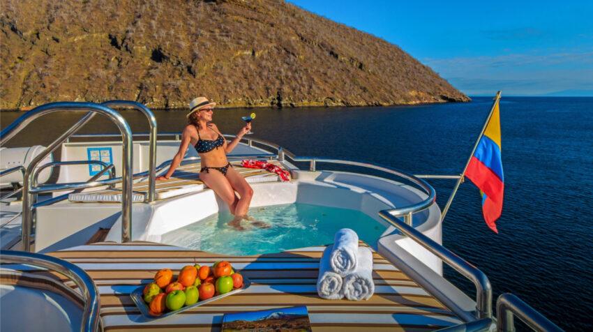 Una mujer en uno de los barcos de la empresa Andean Travel, durante un recorrido por las Islas Galápagos a inicios de 2021.