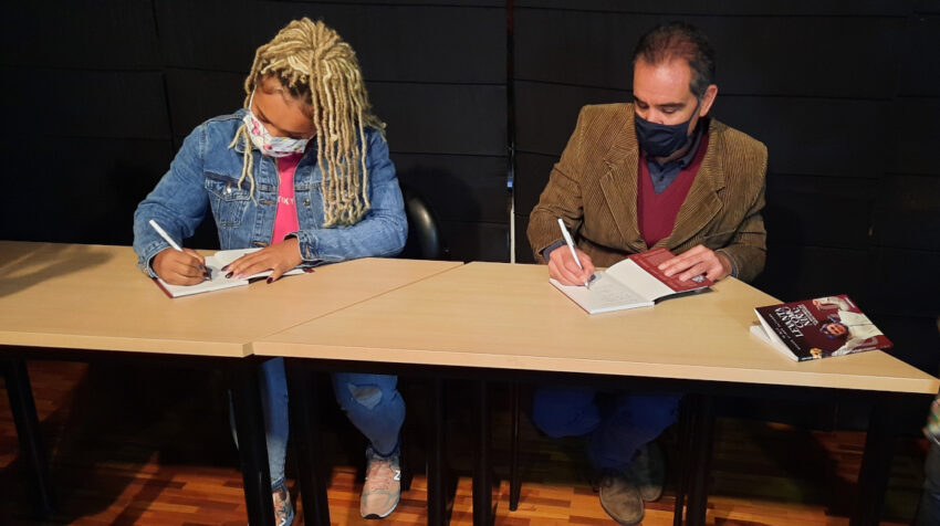 Neisi Dajomes y Álvaro Alemán firmando libros en Quito, el 30 de septiembre de 2021.