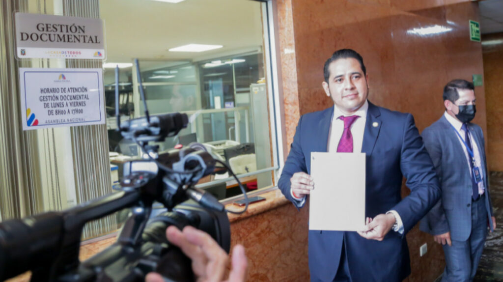 Asambleísta de UNES plantea juicio político contra el Contralor subrogante