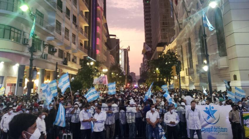 Cientos de personas frente al hemiciclo de La Rotonda, en Guayaquil, el 9 de octubre de 2021.