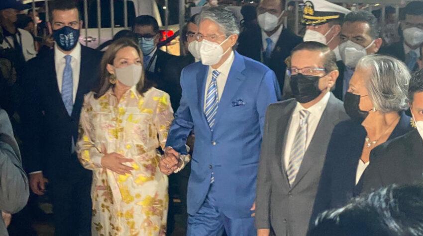 El presidente Guillermo Lasso, junto al exdirigente del PSC, Pascual del Cioppo, a su llegada a la ceremonia cívica en Guayaquil, el 9 de octubre de 2021.