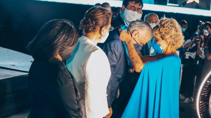La alcaldesa Cynthia Viteri entrega la presea municipal al consultor político Santiago Nieto, el 9 de octubre de 2021.