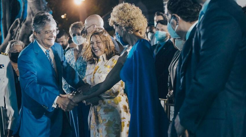 La alcaldesa de Guayaquil, Cynthia Viteri, saluda al presidente Guillermo Lasso, el 9 de octubre de 2021.
