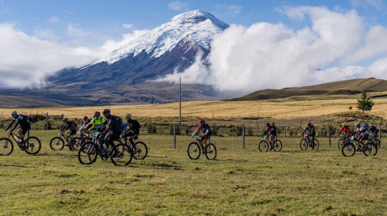 Ciclistas durante una pasada edición de la Vuelta al Cotopaxi, el 9 de noviembre de 2019.