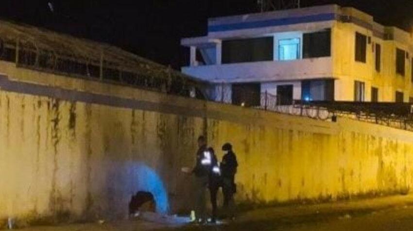 Imagen de los daños causados por una explosión en el perímetro del cuartel policial de San Lorenzo, el 8 de octubre de 2021.