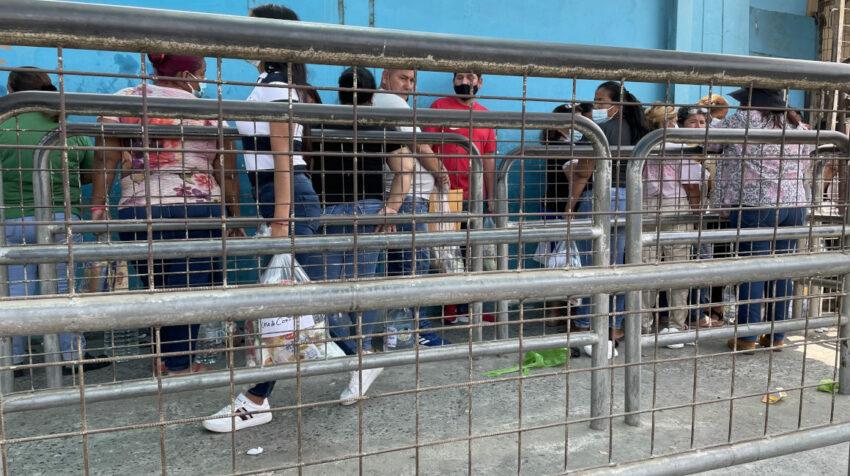 Familiares de presos hacen fila en la cárcel de Guayaquil para entregar medicinas a sus familiares recluidos. Guayaquil, 12 de octubre de 2021.