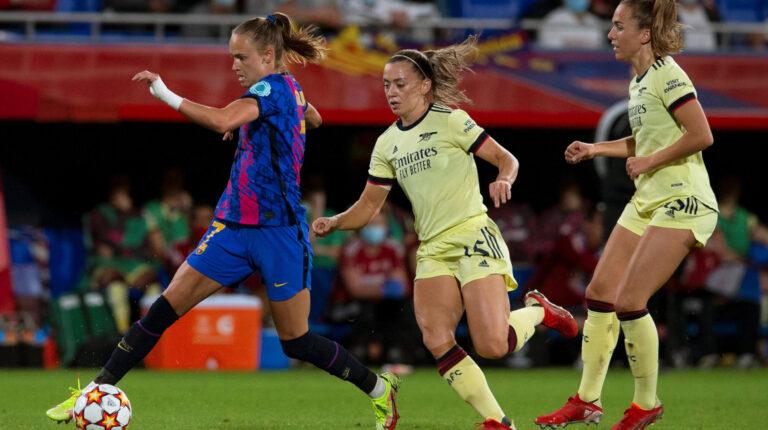 La delantera noruega del FC Barcelona, Caroline Graham Hansen (i), controla el balón ante las jugadoras del Arsenal, la irlandesa Katie McCabe (c) y la suiza Lia Walti, durante el encuentro correspondiente a la fase de grupos de la Champions League disputado el 5 de octubre de 2021 en el estadio Johan Cruyff, en la ciudad deportiva de Sant Joan Despí.
