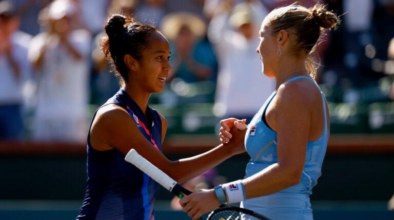 Leylah Fernández y Shelby Rogers luego del encuentro por los octavos de final de Indian Wells, el martes 12 de octubre de 2021.