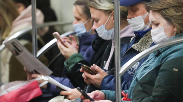 Pasajeros de tren en San Petersburgo usando su teléfono inteligente, el 6 de octubre de 2021.