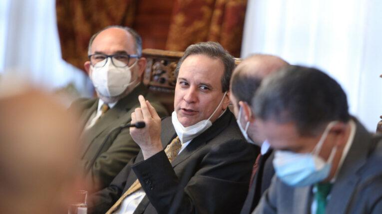 El ministro de Finanzas, Simón Cueva, durante una reunión del equipo económico del Gobierno, en Carondelet, el 12 de agosto de 2021.