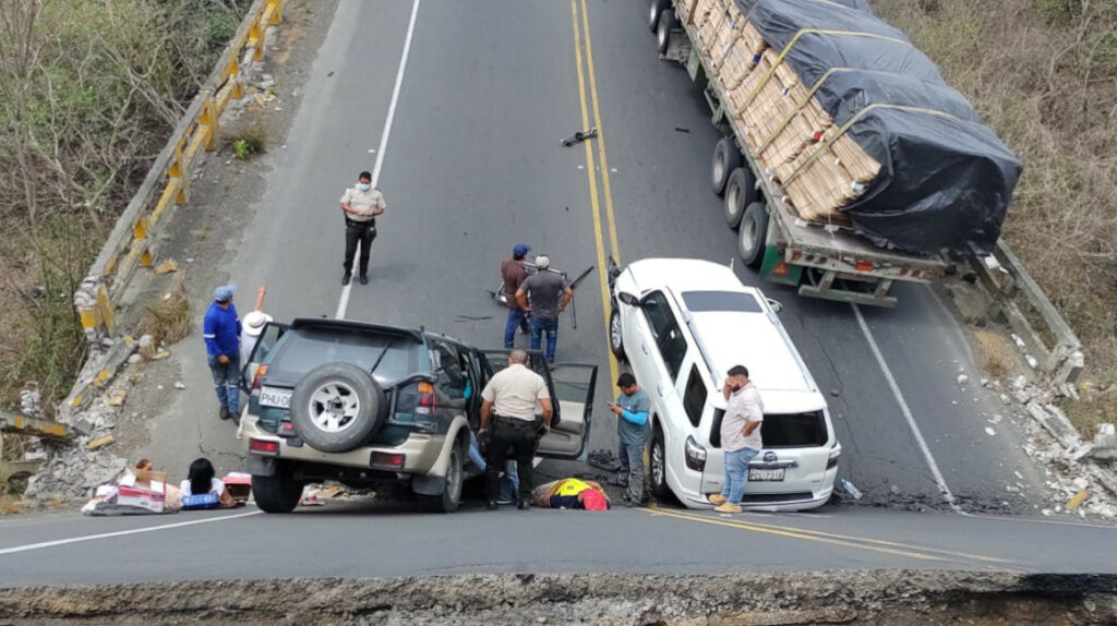 Vehículos atrapados tras colapso de puente que une Manabí con Guayas