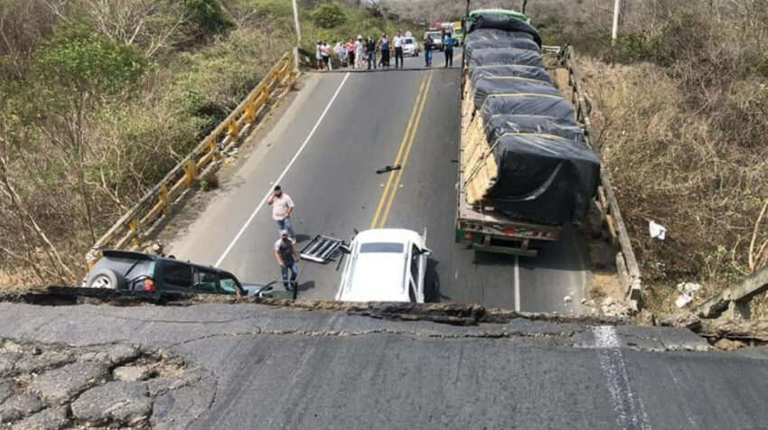 Dos vehículos y un tráiler quedaron atrapados tras el colapso del puente Quimis.