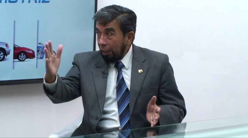 Napoleón Cabrera, dirigente del gremio de la transportación, durante una entrevista.