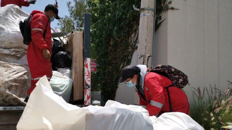 Recicladores recogiendo material en Cumbayá, el 14 de octubre de 2021.