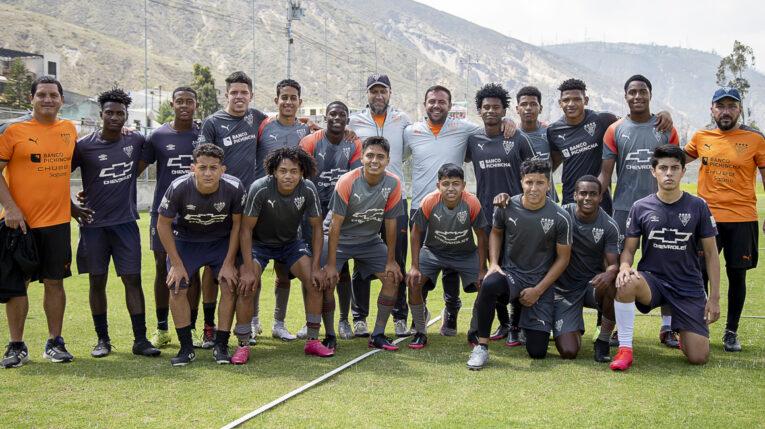 Mauro Peralta (centro) junto a varios de los jugadores de las categorías formativas de Liga Deportiva Universitaria, en el Centro de Alto Rendimiento de Pomasqui, el jueves 14 de octubre de 2021.