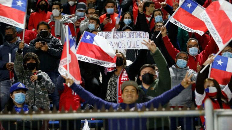 FIFA multa a Chile por el comportamiento discriminatorio de sus hinchas
