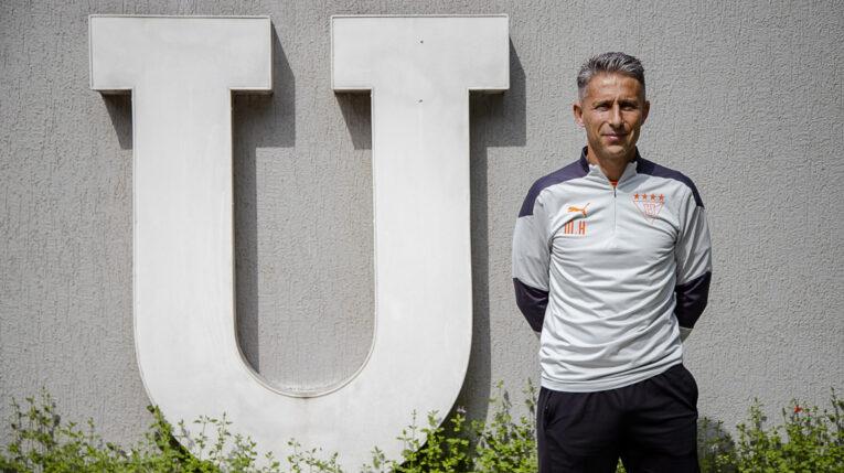 Miguel Herrera junto al escudo de la 'U', en el Centro de Alto Rendimiento de Pomasqui de Liga Deportiva Universitaria, el jueves 14 de octubre de 2021.