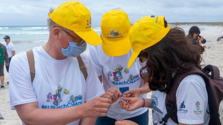 Embajador de la UE desconcertado por la cantidad de microplásticos en Galápagos