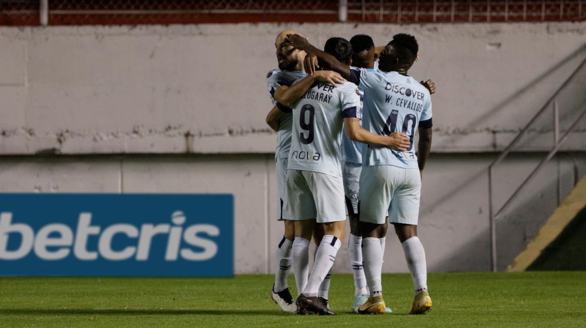 Los jugadores de Universidad Católica celebran uno de los goles convertidos frente a Aucas, el sábado 16 de octubre de 2021.
