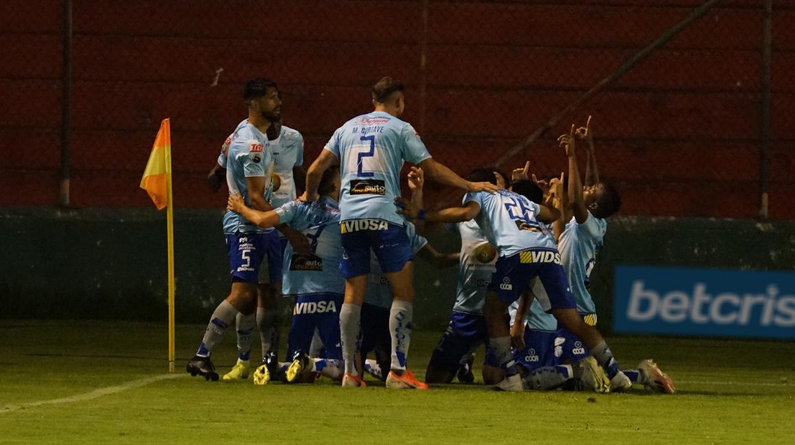 Los jugadores de Macará festejan un gol marcado frente a Liga de Quito, el sábado 16 de octubre de 2021.