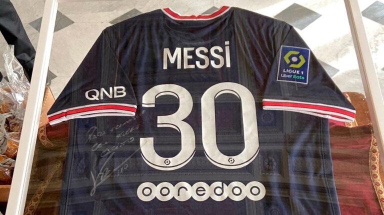El primer ministro francés le regala al papa la camiseta de Messi del PSG