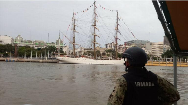 Buque escuela de Brasil chocó contra el puente de la Isla Santay