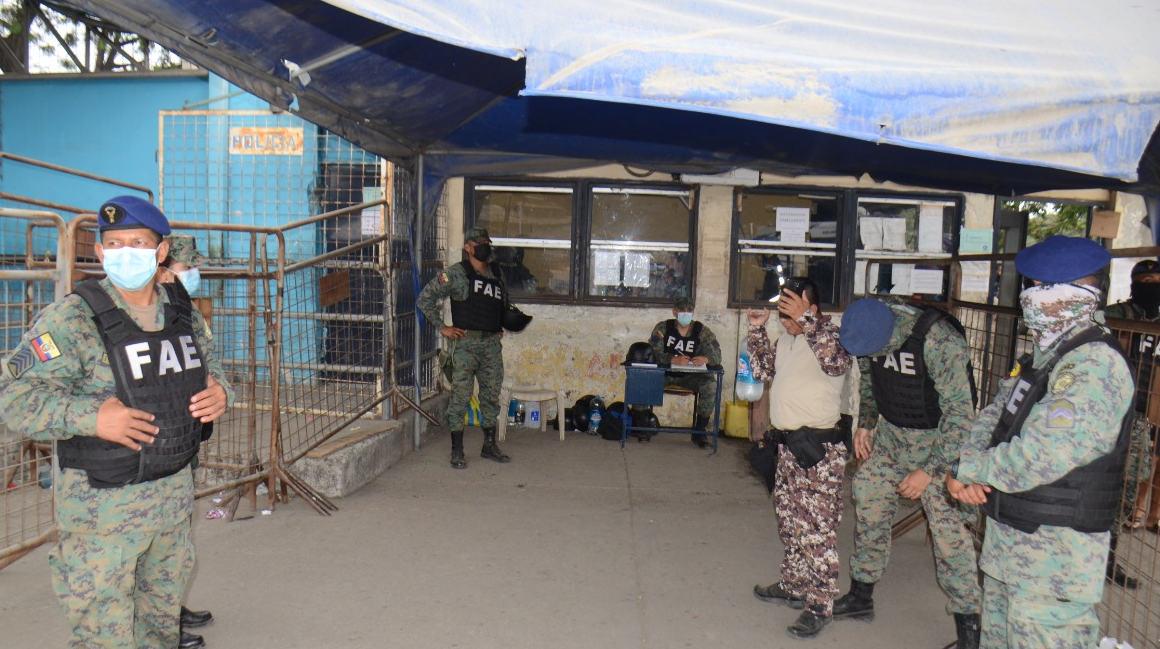 Efectivos militares realizan un operativo de seguridad en el perímetro externo del Centro de Rehabilitación Social de Guayaquil, el 18 de octubre de 2021.