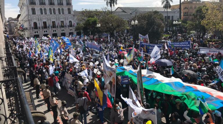 El presidente Lasso recibe apoyo de sus partidarios en la Plaza Grande