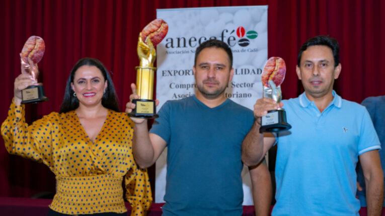 Los ganadores de la Taza de Oro: primer lugar, Galo Morales, de Pichincha (centro); y Servio González y María del Pilar Burneo, de Loja.