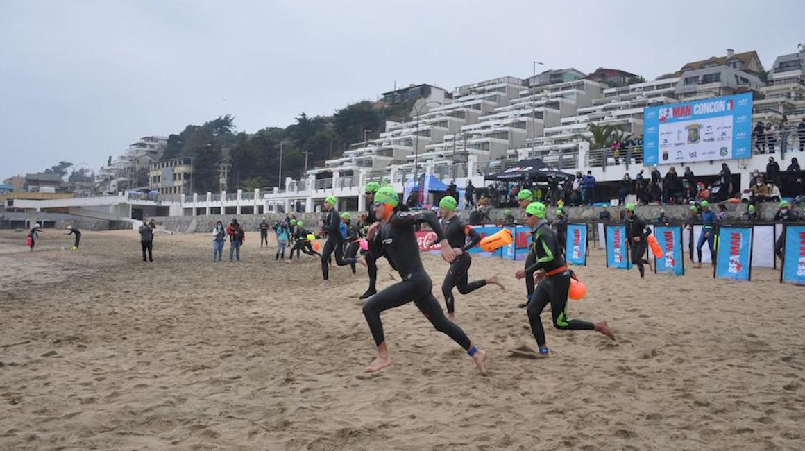 Varios atletas compiten en la primera edición de Seaman, en Chile, el 15 de agosto de 2021.