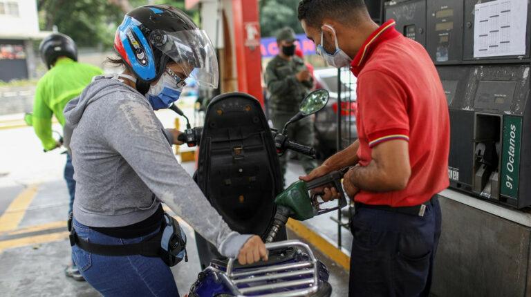 Venezuela aumenta precio de la gasolina en medio de la escasez del combustible