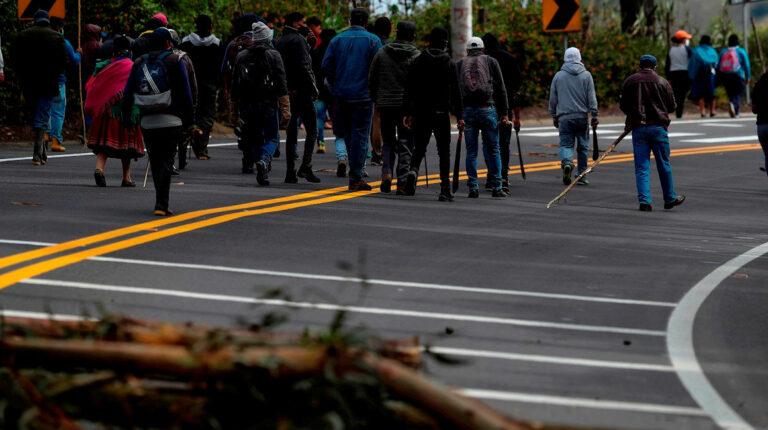 Movimiento indígena suspende protestas y cuestiona viaje del presidente